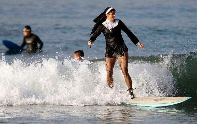 niesamowite : Zakonnica na desce surfingowej