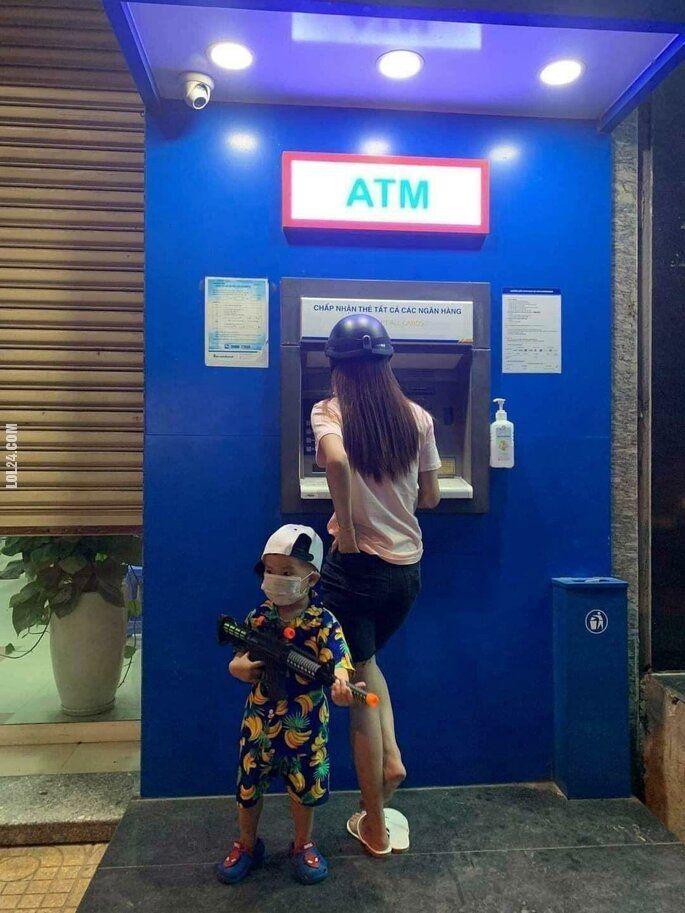 dzieciak : Z mamą w bankomacie