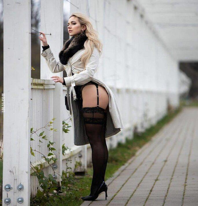 kobieta : Pod płaszczykiem