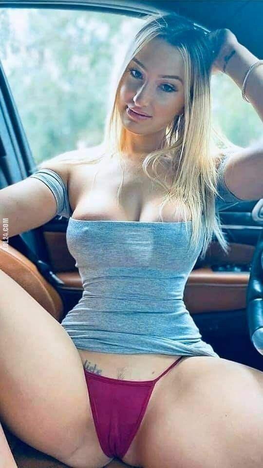 erotyka : Gorąca  blondyna w samochodzie