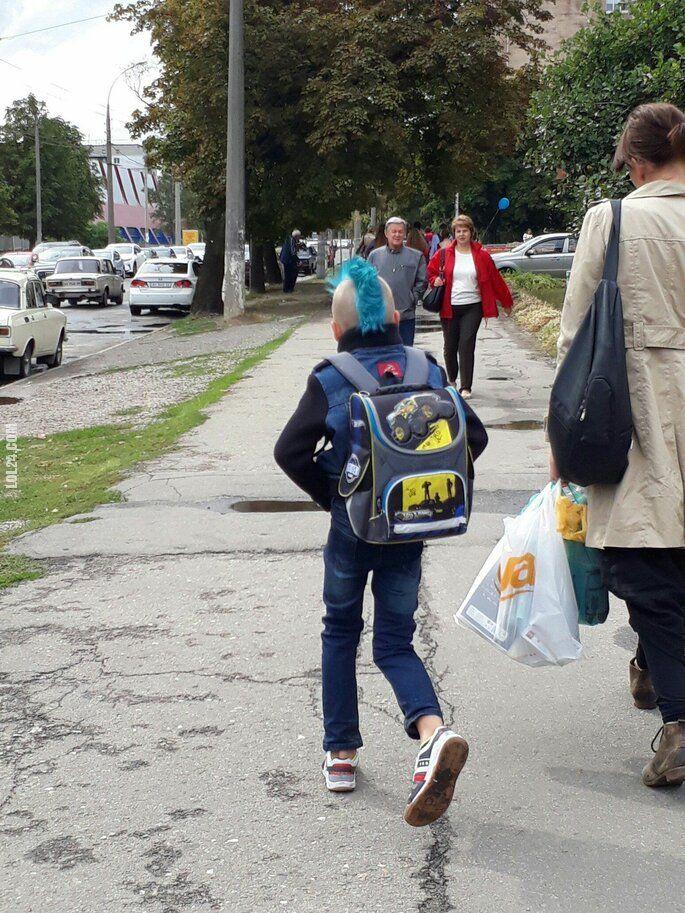 dzieciak : Młody punk w drodze do szkoły