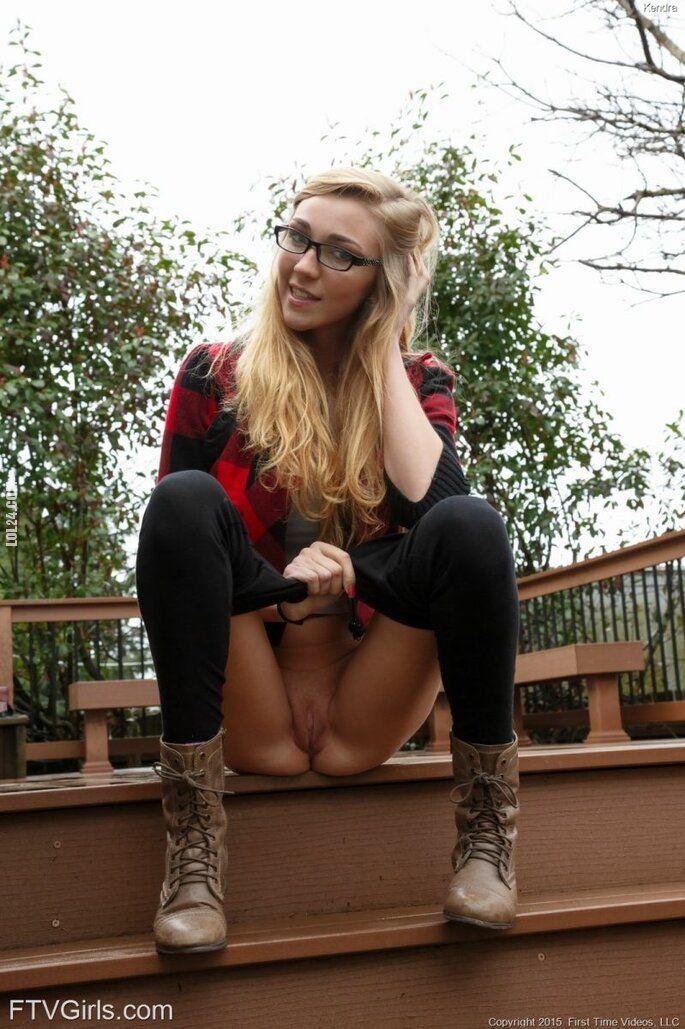erotyka : Ślicznotki w okularach pokazała to co najlepsze