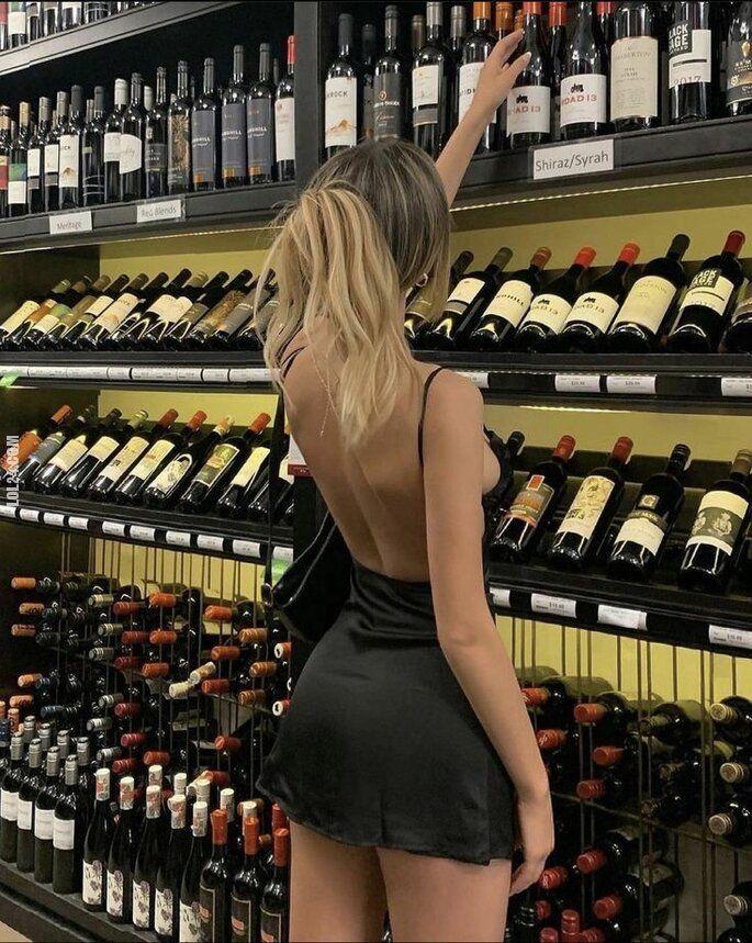 urocza, słodka : Kto pomoże tej pięknej pani wybrać wino