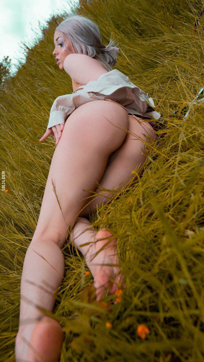 erotyka : Cirii z gołą pupą na trawie