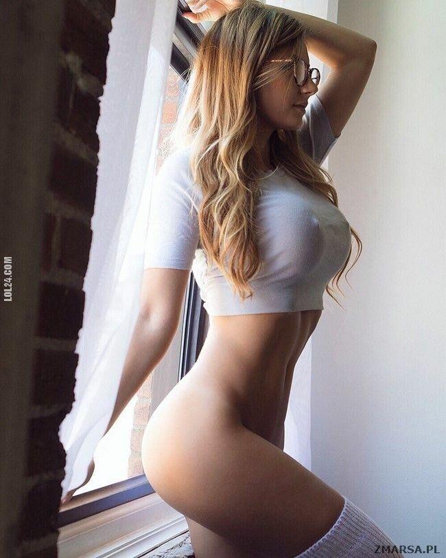 erotyka : Seksowna blond w okularach bez majteczek