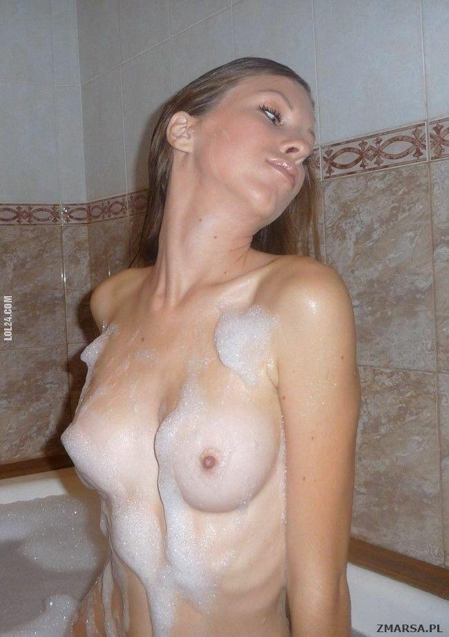 erotyka : Nude skinny girl bath