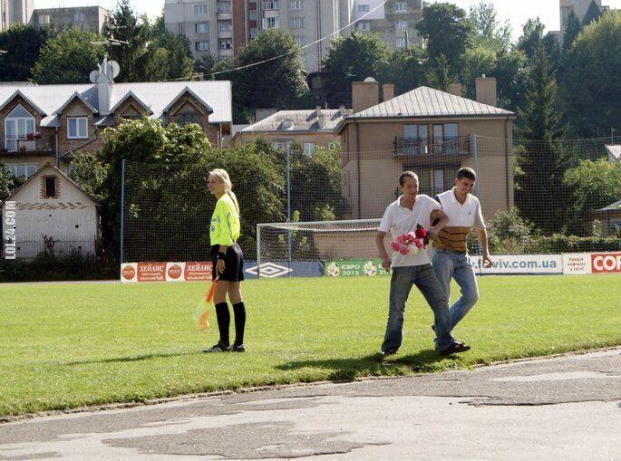 sportowa : Kibic chciał oświadczyćsięsędzinie na meczu!