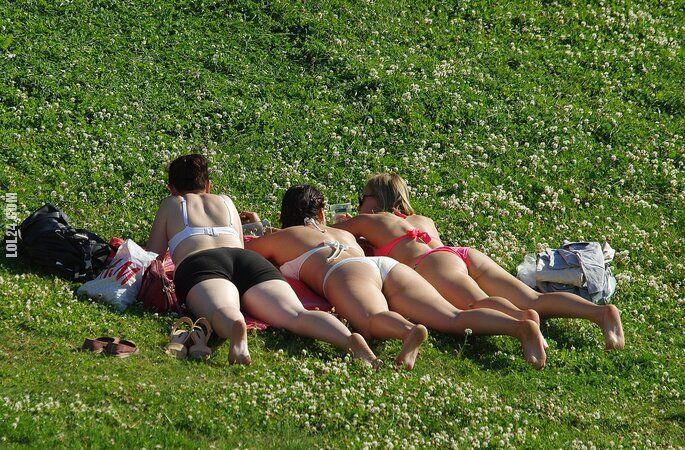 seksowna : Opalanie na trawie