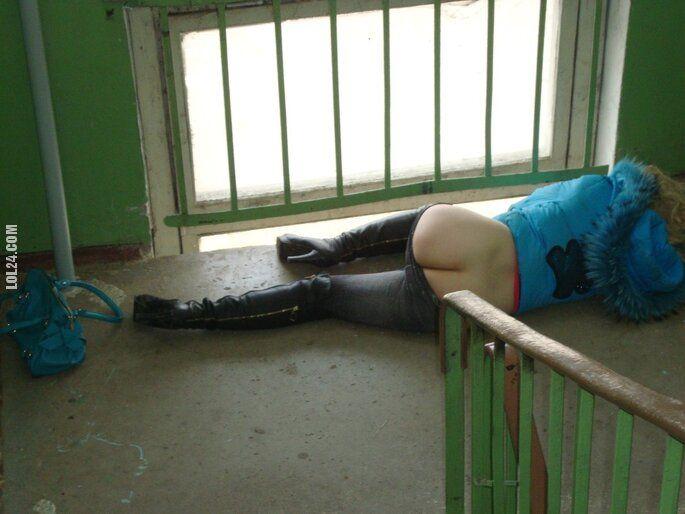po imprezie : Twardy sen na klatce schodowej