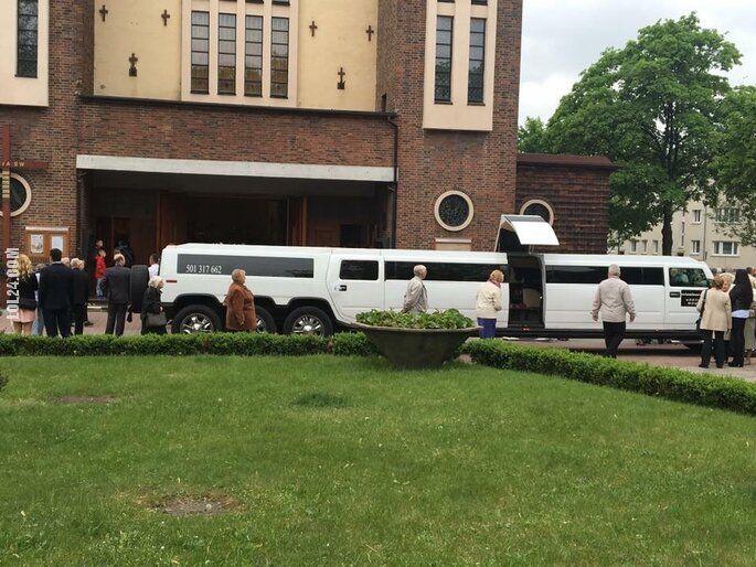 pozostała : Tak 8-latka przyjechała limuzyną na spotkanie z Bogiem do kościoła