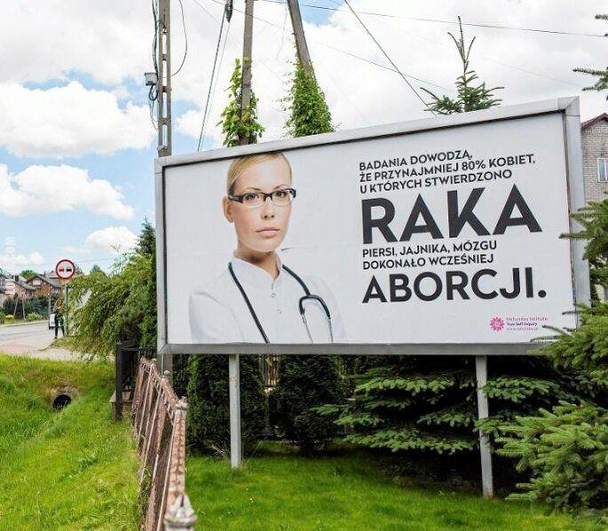napis, reklama : Billboard: Aborcja powoduje raka piersi, jajnika, mózgu