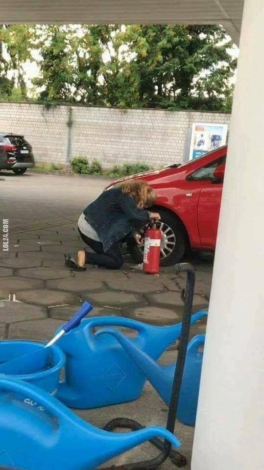 kobieta : Pompowanie opony samochodu gaśnicą