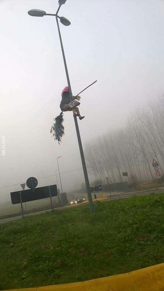 rzeźba, figurka : Czarownica na miotle na słupie