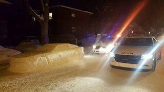 Samochód zrobiony ze śniegu w miejscu, gdzie nie wolno parkować. Śmieszkowanie z policji