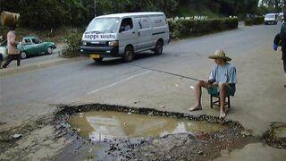Łowienie ryb w dziurze na drodze