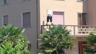 Dupa na poręczy balkonowej