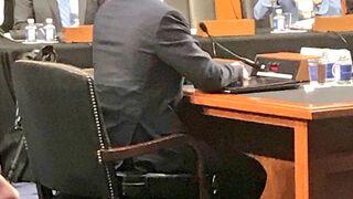 Mark Zuckerberg siedzi na... na przesłuchaniu