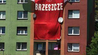 Gigantyczna koszulka reprezentacji Polski na bloku w BRZESZCZE