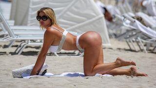 Anastasiya Kvitko na plaży w bikini