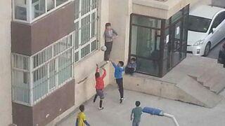 Dzieciaki grają w koszykówkę
