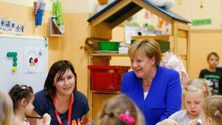 Angela Merkel rozmawia z dzieciakami w przedszkolu