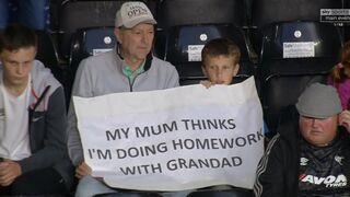 Syn odrabia lekcje z dziadkiem...