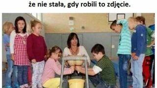 Dzieci uczą się dojenia krowy