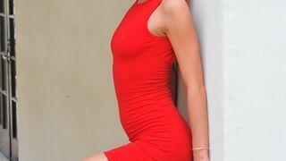 Cudowna blondyneczka w czerwonej sukience