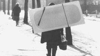 Babcia z wanną na plecach