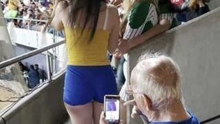 Dziadek robi zdjęcie na meczu