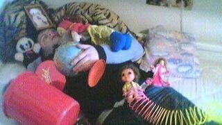 śpi z zabawkami