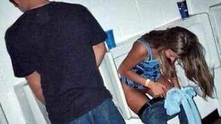 Dziewczyna załatwia się w pisuarze