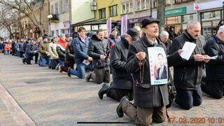 Modlitwa i klęczenie ze zdjęciem Andrzeja Dudy w centrum miasta?