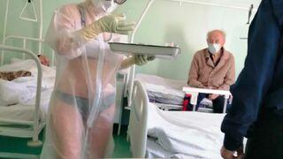 Pielęgniarka w kombinezonie