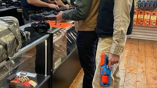 W sklepie z bronią