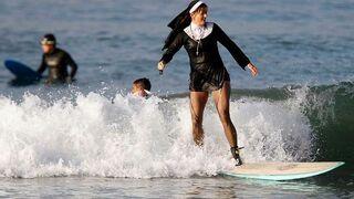 Zakonnica na desce surfingowej