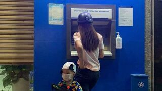 Z mamą w bankomacie