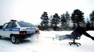 za samochodem na krześle