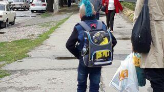 Młody punk w drodze do szkoły
