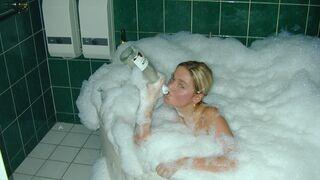 Szampan z bąbelkami w wannie
