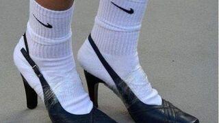 Skarpetki nike i buty na obcasie przyklejone taśmą