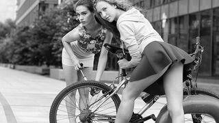 Kolega chce pomóc napompować koło w rowerze?