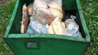 Kosz na śmieci przy szkole... :(