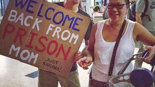 Żart: Syn wita matkę na lotnisku