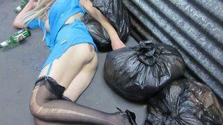 Dziewczyna na śmietniku