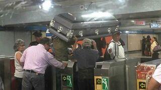 Przewóz trumny metrem. Meksyk