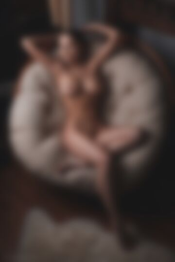 Muza w fotelu