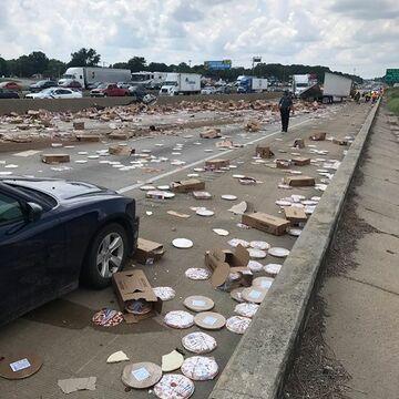 Wypadek ciężarówki przewożącej mrożone pizze