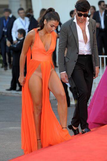 Giulia Salemi w skąpej sukni i bez bielizny na festiwalu w Wenecji