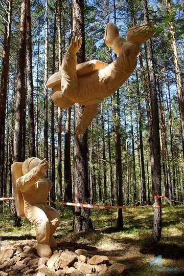 Astronauci z festiwalu rzeźbienia w drewnie. Rosja